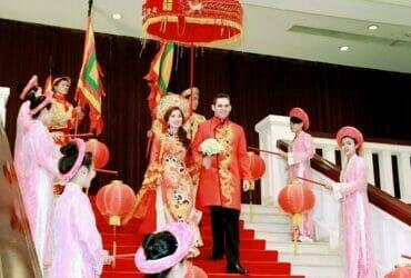 ベトナム式で国際結婚を行うベトナム女性と外国人男性